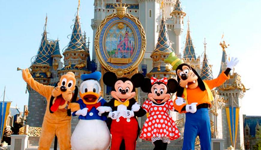 """Ubicado en el Walt Disney World Resort de Buena Vista Lake, Florida, está muy cercano de Orlando y es el tradicional parque con el que se relaciona a los estudios del ratón Mickey. De hecho es coordinado y dirigido por filial especializada del holding Disney. Su apertura se produce el 1 de octubre de 1971, siendo el parque más famoso del Estado y uno de los más visitados del mundo, con más de quince millones de personas promedio al año. Para los creadores se trata de """"un reino mágico donde los corazones jóvenes de todas las edades pueden reír, jugar y aprender juntos""""."""