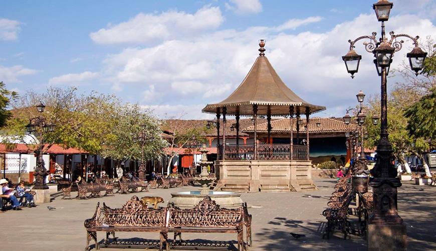 En el centro de la Plaza Principal sobresale el quiosco con terminaciones en cobre