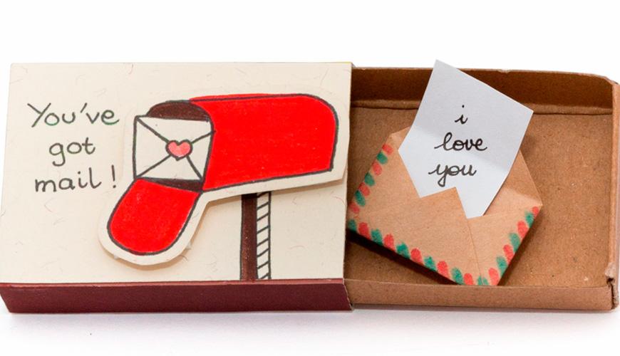 Con una caja de cerillos puedes crear esta original idea, puedes agregar un obsequio pequeño como aretes, un anillo, unos boletos para el cine, dulces y hasta un recadito