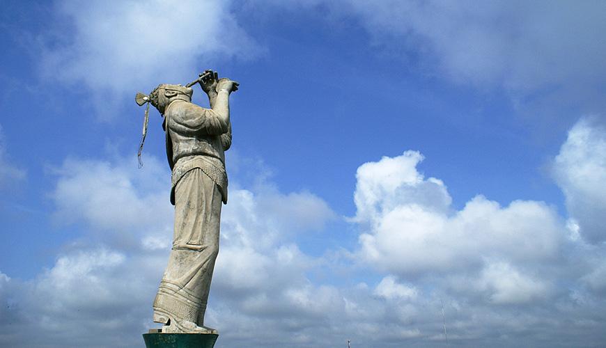 En el Cerro del Campanario se encuentra el monumento al Volador, mide 18 metros de altura