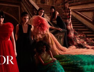Bailarinas y modelos dialogan con la instalación artística de resina, cera o acacia que cubre los imponentes espejos del palacio, situado a las afueras de París